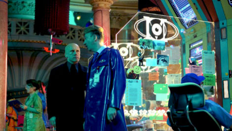 christoph-waltz-takes-a-stroll-in-first-clip-from-the-zero-theorem-imagen-2-cineralia